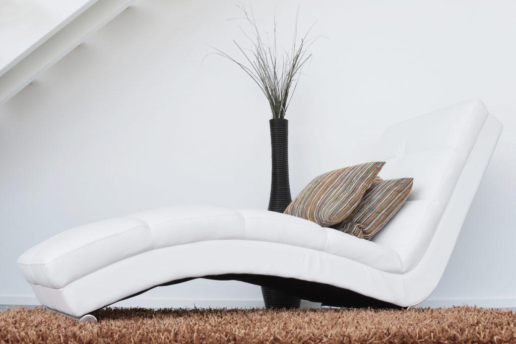 chaise longue op tapijt